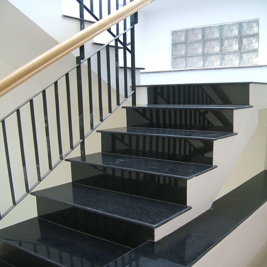 Đá granite đen Huế ốp cầu thang