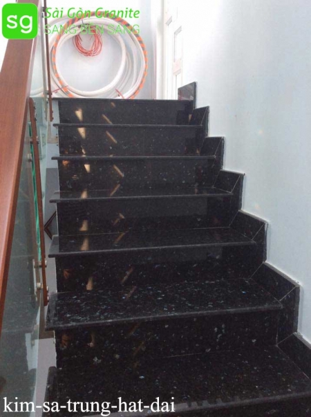 Cầu thang ốp đá đen kim sa trung